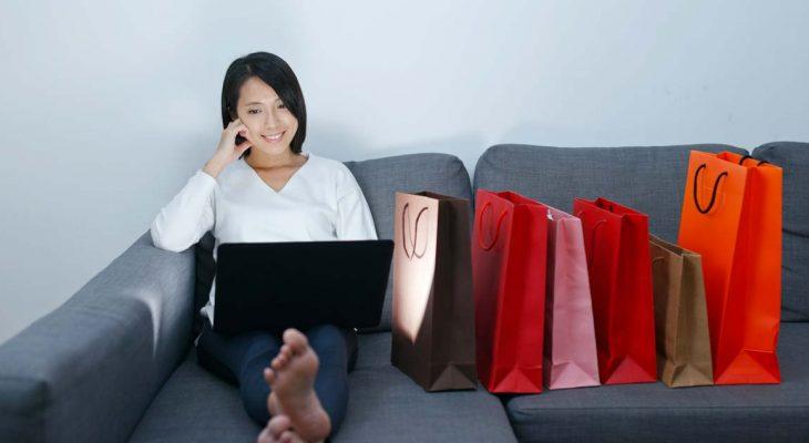 ragazza fa shopping online